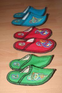Abb. 4: Kasachische Hausschuhe vom Grünen Bazar. Eignen sich als Mitbringsel (Foto: Stefan H. Nessler & Nadja Wulff)