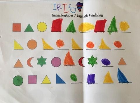 Auf dem Foto sieht man verschiedenfarbige Formen, die ein Kindergartenkind logisch ergänzt hat.