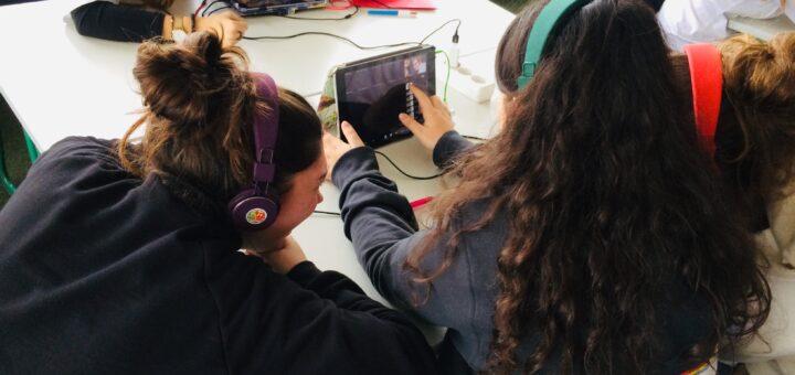 Schülerinnen und Schüler arbeiten gemeinsam an Tablets mit der App2Music