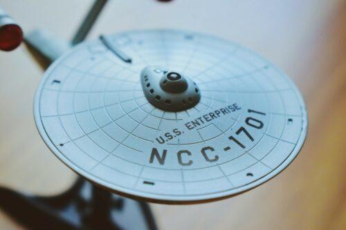 """Das Foto zeigt ein Miniturmodell der USS Enterprise, des Raumschiffs der TV-Serie """"Star Trek"""""""